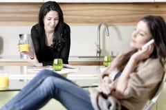 2 друз в кухне Стоковые Фотографии RF