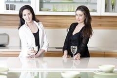2 друз в кухне Стоковая Фотография