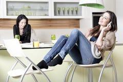 2 друз в кухне Стоковая Фотография RF