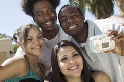4 друз в собственных личностях заднего двора фотографируя Стоковое Изображение