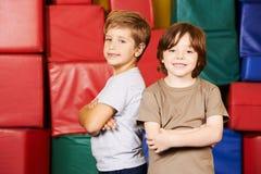 2 друз в спортзале preschool Стоковая Фотография