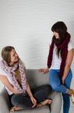 2 друз в шарфах шерстей merino имея потеху Стоковое фото RF