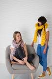 2 друз в шарфах шерстей merino имея потеху Стоковые Изображения