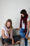 2 друз в шарфах шерстей merino имея потеху Стоковые Фотографии RF