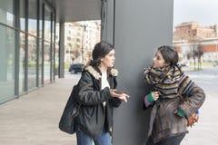 2 друз говоря в улице Стоковая Фотография
