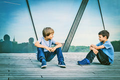 2 друз говоря друг с другом Стоковое Изображение RF