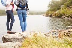 2 друз готовя край озера, восхищая взгляд Стоковые Фотографии RF