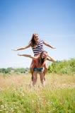 2 друз девочка-подростка имея потеху outdoors на летний день Стоковая Фотография RF