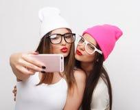 2 друз девочка-подростков в обмундировании битника делают selfie Стоковое Изображение