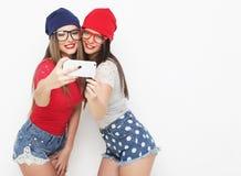 2 друз девочка-подростков в обмундировании битника делают selfie Стоковые Изображения RF