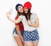 2 друз девочка-подростков в обмундировании битника делают selfie Стоковое Фото