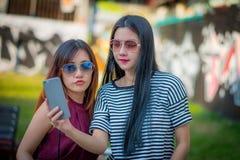 2 друз девочка-подростков в обмундировании битника на парке outdoors Стоковая Фотография