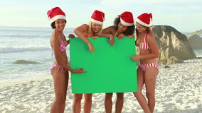 4 друз держат зеленый экран в руке сток-видео
