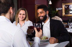 3 друз есть на ресторане Стоковые Изображения
