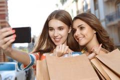 2 друз делая selfie с хозяйственными сумками Стоковая Фотография
