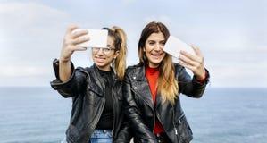 2 друз делая selfie Стоковое Изображение