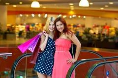 2 друз женщины в торговом центре Стоковое Изображение