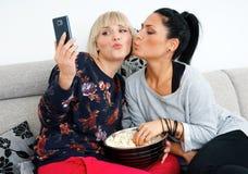 2 друз женщины делая изображение selfie Стоковое Изображение RF