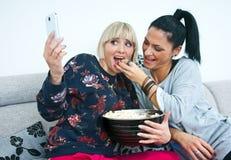 2 друз женщины делая изображение selfie Стоковое фото RF