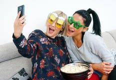 2 друз женщины делая изображение selfie Стоковые Изображения RF