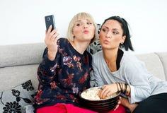 2 друз женщины делая изображение selfie Стоковое Фото