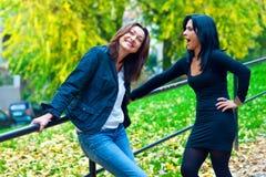 2 друз женщины снаружи Стоковая Фотография