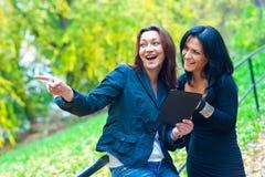 2 друз женщины снаружи Стоковые Фотографии RF