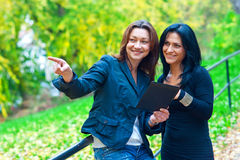 2 друз женщины снаружи Стоковые Фото
