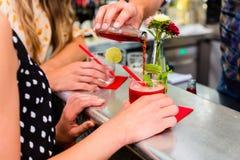 2 друз женщин в кафе запирают выпивая длинное питье Стоковые Фотографии RF