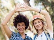 2 друз женщин в парке Стоковая Фотография RF