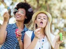 2 друз женщин в парке Стоковые Изображения RF