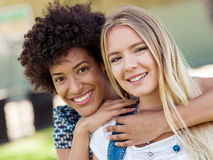 2 друз женщин в парке Стоковые Фото