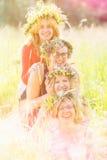 4 друз женщин нося венки Стоковые Фото