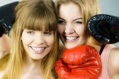 2 друз женщин нося перчатки бокса Стоковая Фотография RF