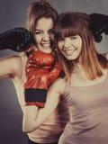 2 друз женщин нося перчатки бокса Стоковое Фото