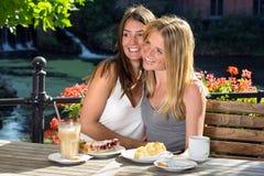 2 друз женщин обнимая и смеясь над Стоковое Изображение RF
