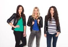 3 друз женщин представляя совместно в студии Стоковые Фотографии RF