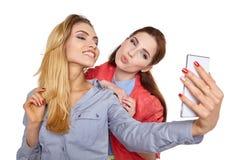 2 друз женщин принимая selfie с smartphone Стоковые Изображения RF