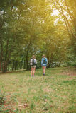 2 друз женщин при рюкзаки стоя в лесе Стоковое Изображение