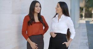 2 друз женщин стоя беседующ Стоковые Изображения