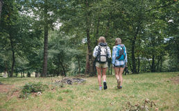 2 друз женщин с идти рюкзаков Стоковые Фотографии RF