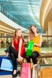 2 друз женщин ходя по магазинам в моле Стоковое Фото