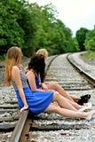 3 друз ждать поезд Стоковые Фото