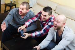 3 друз играя видеоигры Стоковые Изображения RF