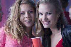 2 друз имея потеху во время партии Стоковая Фотография RF