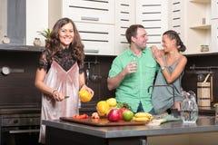 3 друз имея потеху в кухне Стоковое Фото