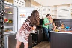 3 друз имея потеху в кухне Стоковое Изображение RF