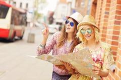 2 друз используя карту в городе Стоковая Фотография