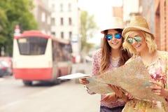 2 друз используя карту в городе Стоковое фото RF