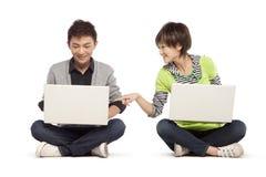 2 друз используя портативные компьютеры Стоковое Изображение